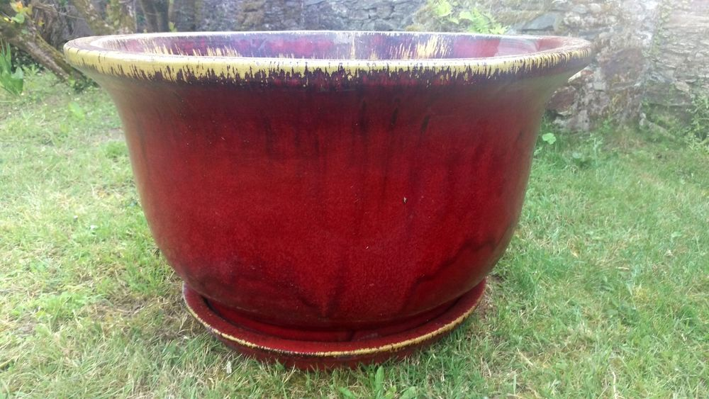 Grandes vasques de jardin en terre cuite vernies rouges