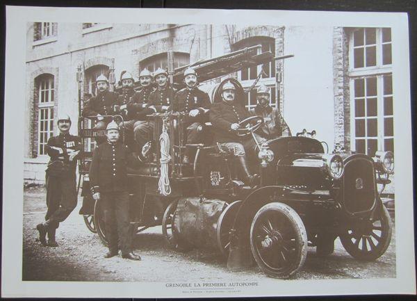 Gravure GRENOBLE, La première Autopompe Sapeur Pompier 5 Sassenage (38)