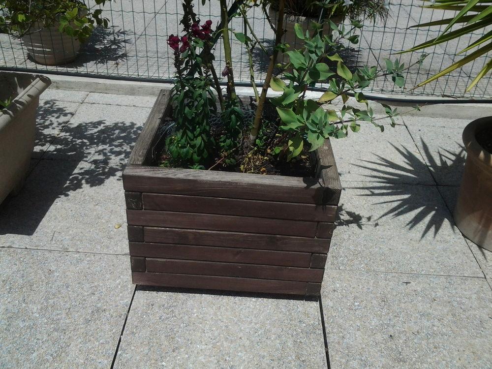 2 gros pots de plantes en bois  50x50  25 La Ciotat (13)