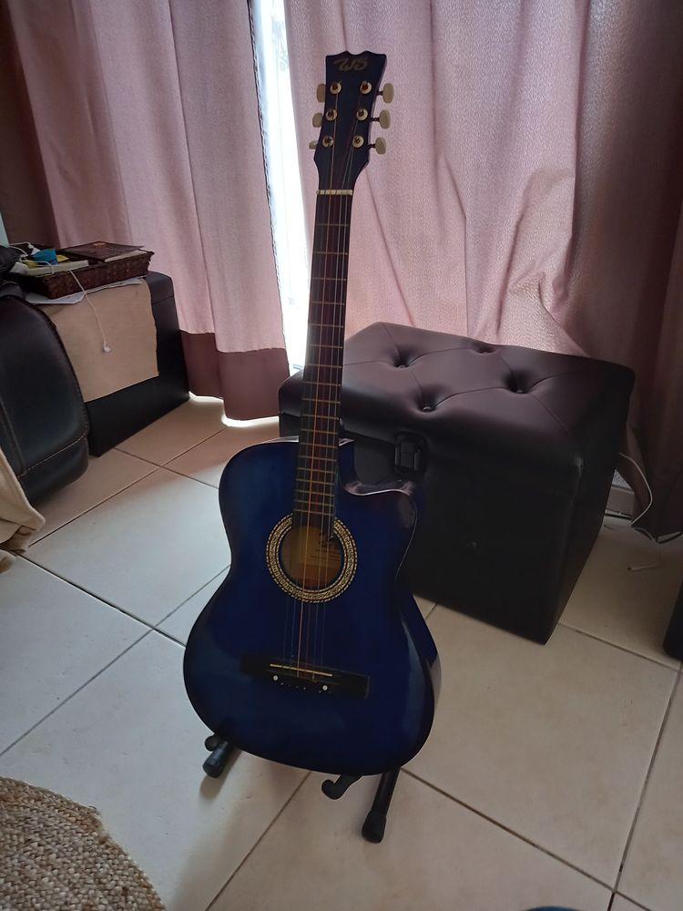 Guitare avec son trepied 30 Le Cap D Agde (34)