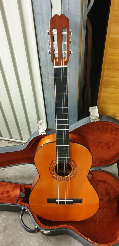 Guitare classique accessoires  et valise uncu  120 Trappes (78)
