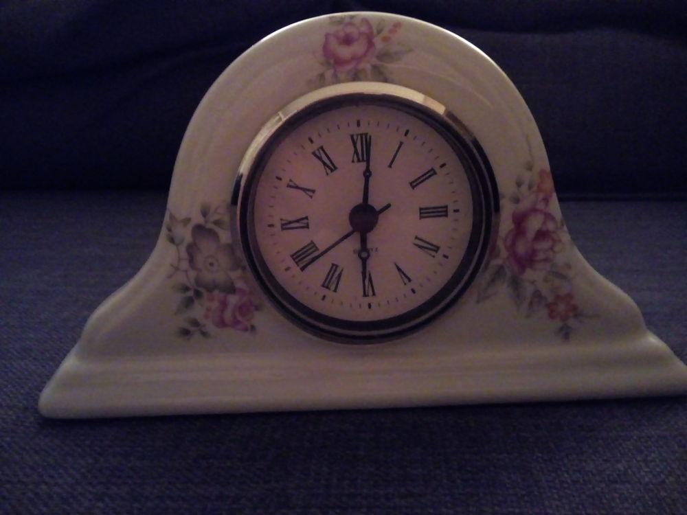 Horloge à poser en céramique blanche décor fleurs  8 Savigny-sur-Orge (91)