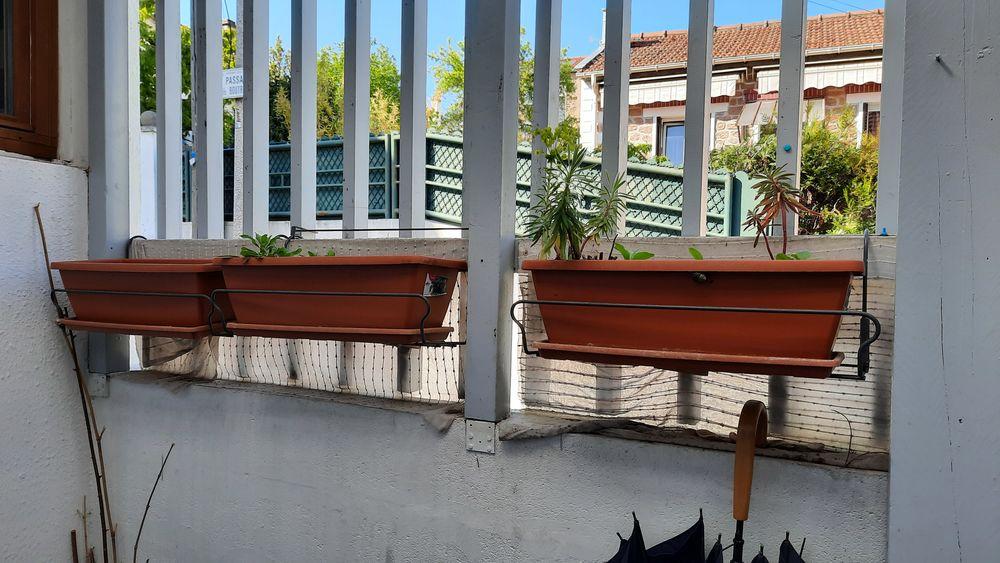 3 jardinières Truffaut avec supports et soucoupe Jardin