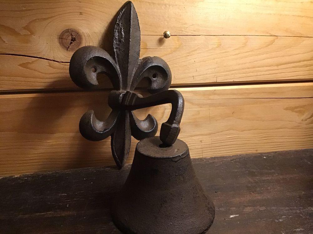 jolie cloche « fleur de lys « en fonte vieillie patinée marron 23 Nivelle (59)