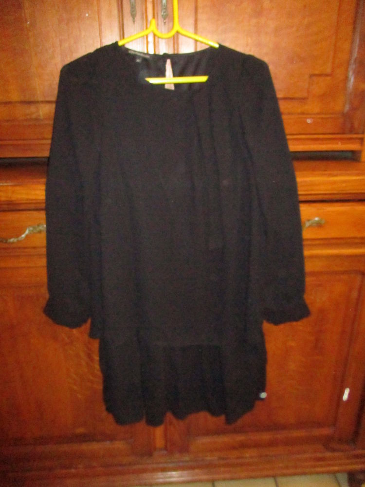 jolie robe noire avec dentelle sur le bas et autres articles 0 Mérignies (59)