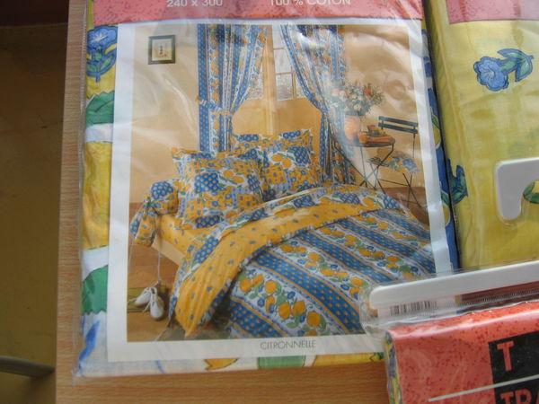 Jolis draps jaune, bleu + rideaux + lustre motifs   50 Le Vernois (39)