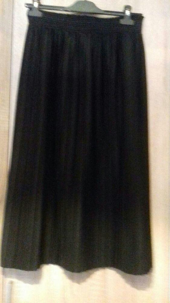 jupe plissée noire de 10 à 15 euros suivant modèle Vêtements