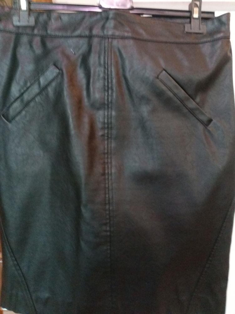 Jupe simili cuir noire T 42 8 Saint-Priest-sous-Aixe (87)