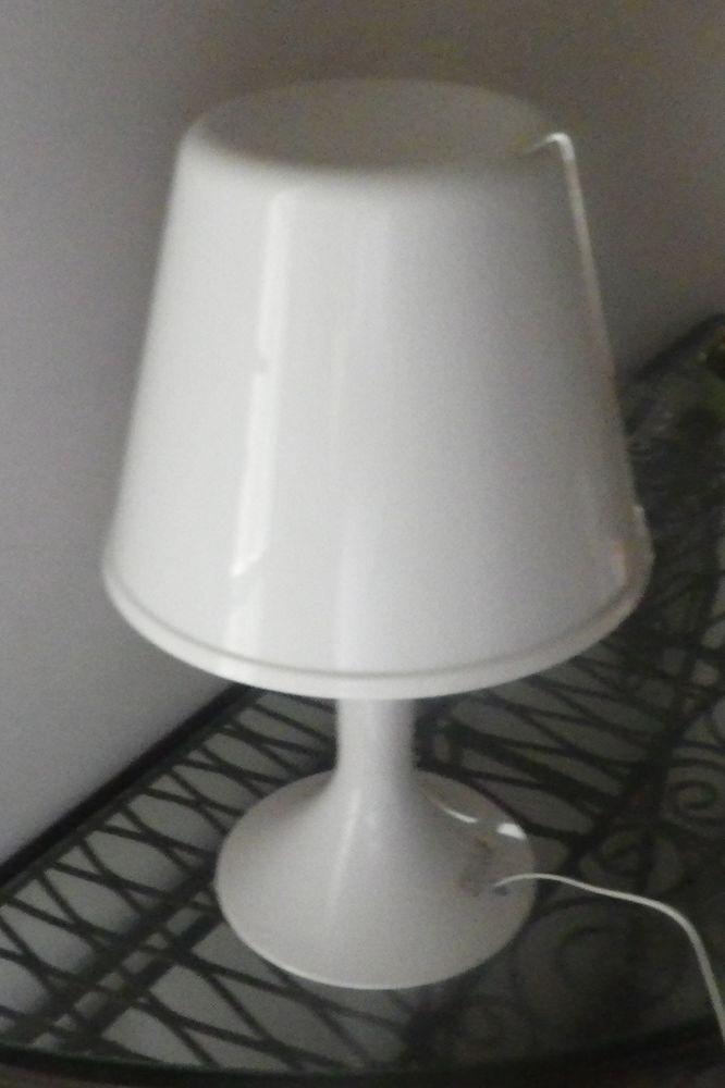 LAMPE BLANCHE A COULEURS CHANGEANTES (2 ex dispo) 18 Bubry (56)