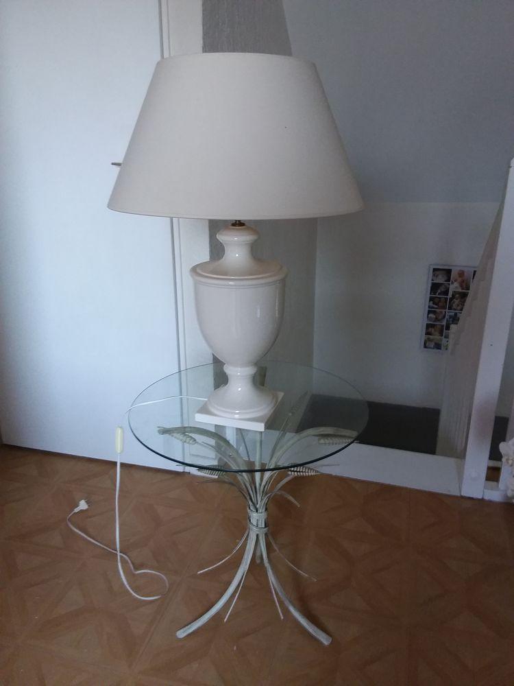 Lampe de chevet blanche avec table ronde en verre  35 Vauréal (95)
