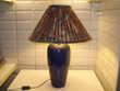 Lampe constituée d'un vase décor bleu en faïence