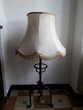 lampe sur pieds en fer forgé avec abat jour. 15 €. Electroménager