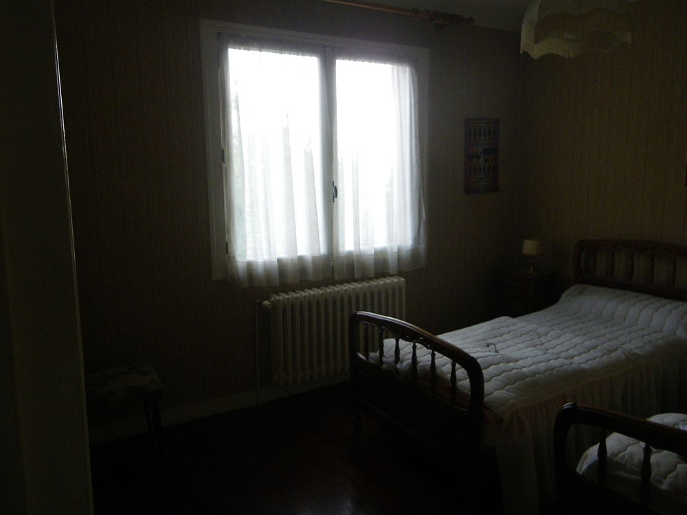 2 lits jumeaux en bois verni avec sommiers tapissiers 140 Bergerac (24)