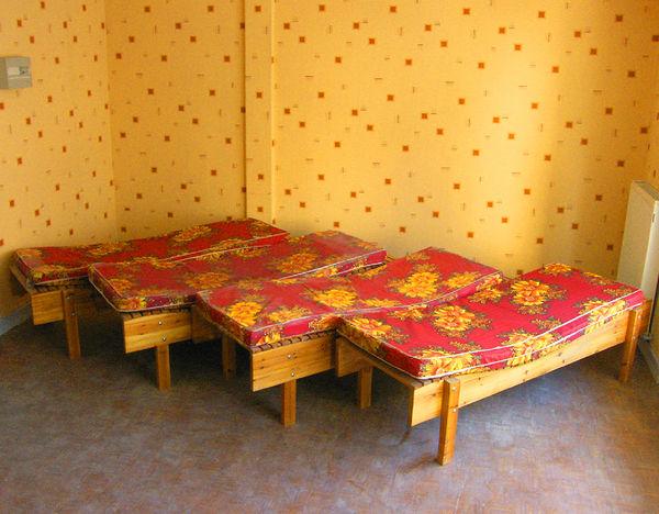 4 lits de repos ergonomiques en bois vernis. 400 Le Havre (76)