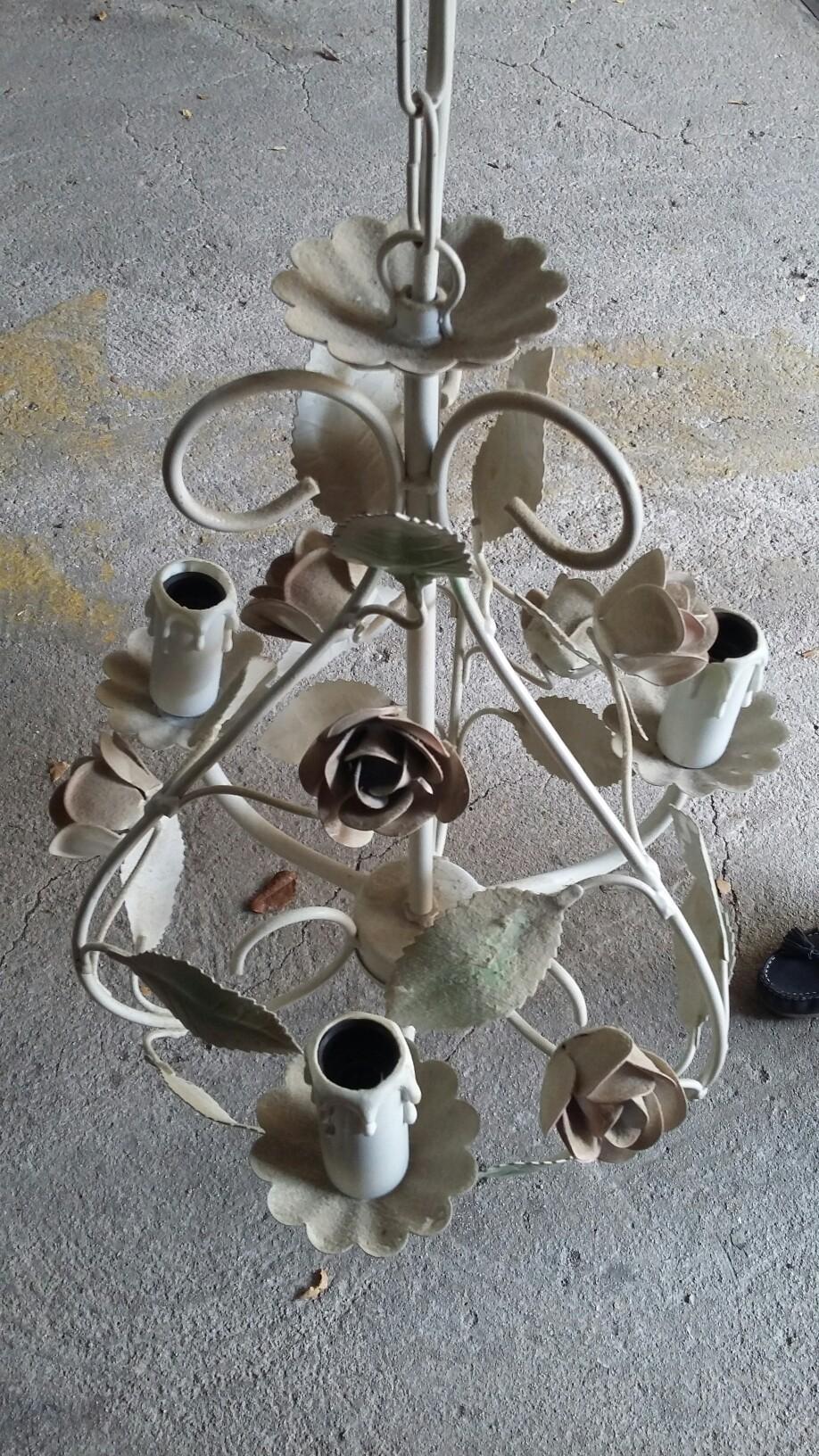 Lustre plusieurs lampes motifs fleurs me contacrsr au 06 34 44 93 57 Décoration