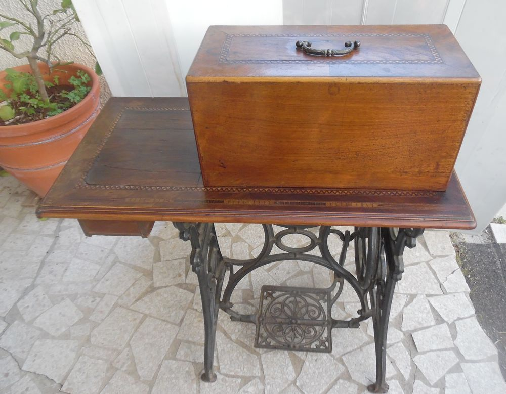 Machine à coudre mécanique, ancienne pour décoration  70 Castries (34)