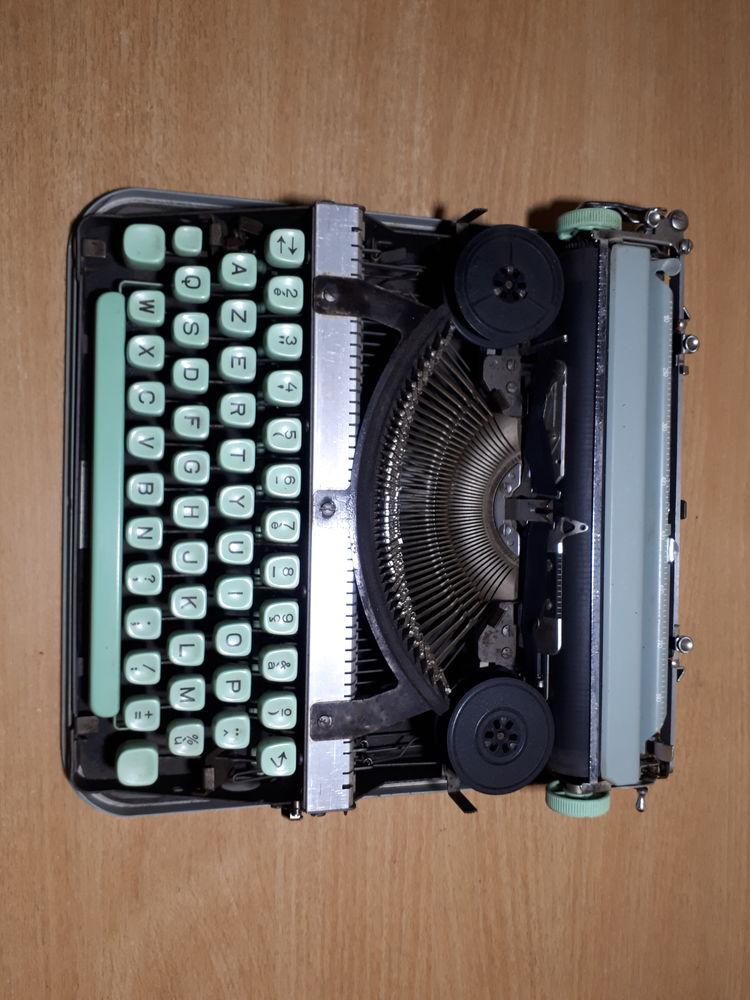 machine a ecrire portable 45 Soulaines-Dhuys (10)