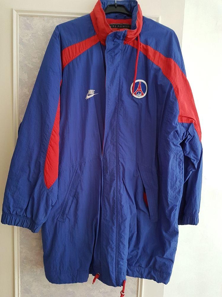 Manteau imper Nike.  PSG. 100 Les Clayes-sous-Bois (78)