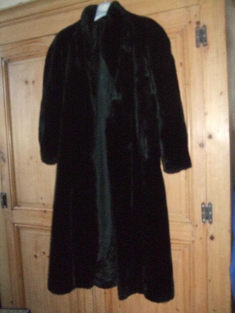 Manteau long en fourrure noire. 30 Sablet (84)