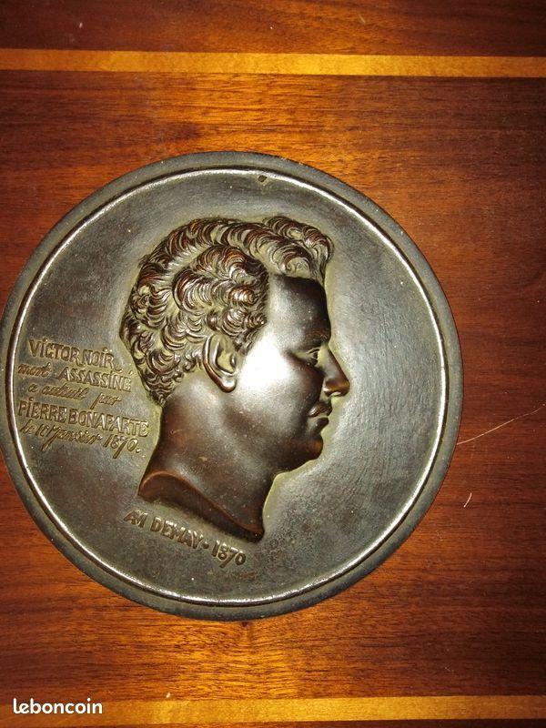 Médaillon en bronze Victor Noir signé 100 Alençon (61)