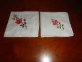 2 Mouchoirs brodés motifs roses (79) 5 Tours (37)