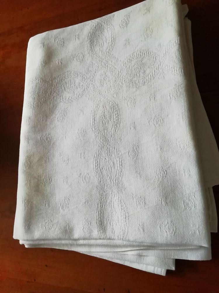 Nappe damassée blanche 212 x 128 cm 19 Lésigny (77)
