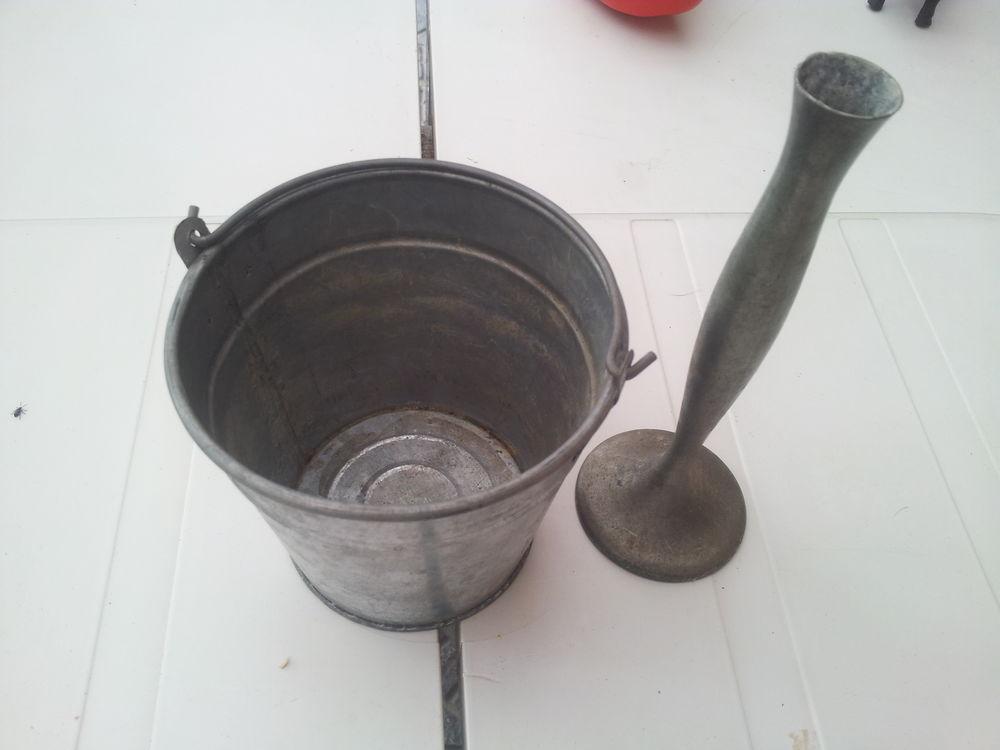 2 objet un soliflore et un pot en aluminium je pense 0 Mérignies (59)