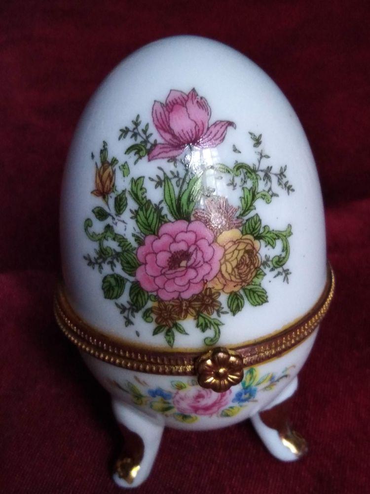 Oeuf en porcelaine avec des roses et  myosotis 8 Avermes (03)