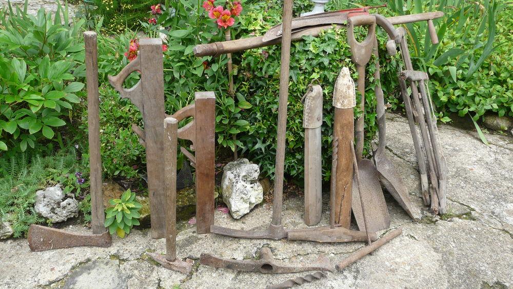 Lot d'outils anciens : Hache, pioche, scies, tarières, etc. 150 Châtellerault (86)