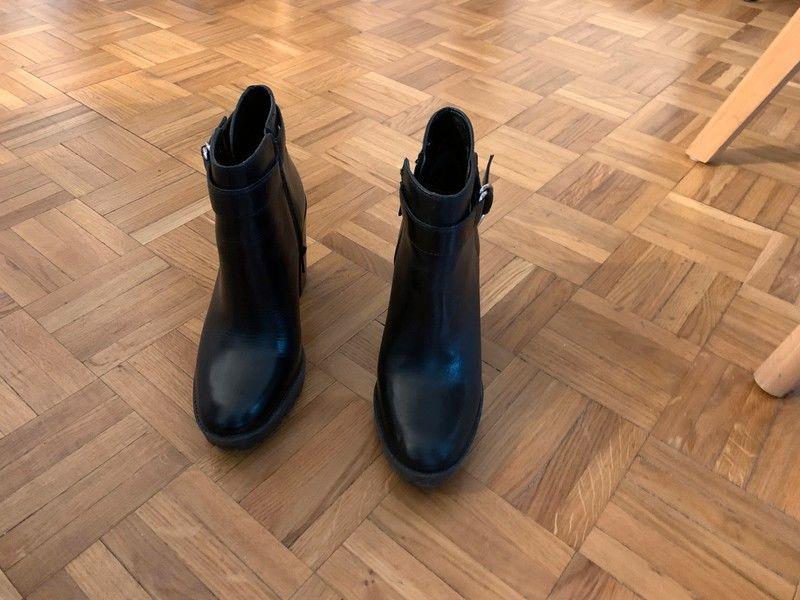 Paire de bottines en cuir noir - San Marina 0 Rueil-Malmaison (92)