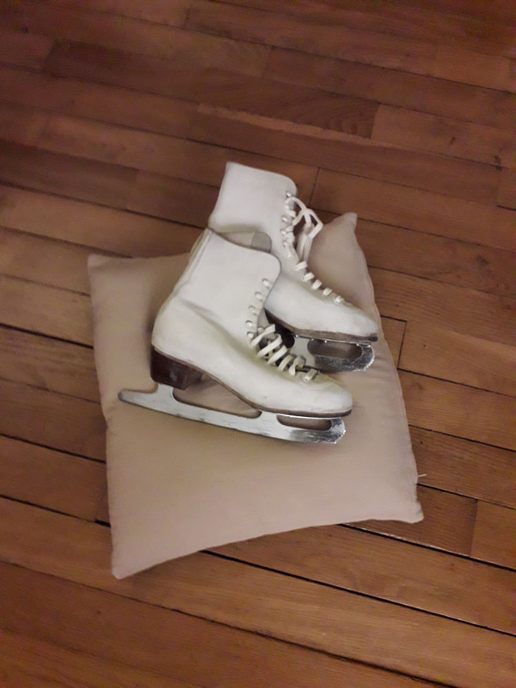 Une paire de patin à glace  65 Neuilly-sur-Seine (92)