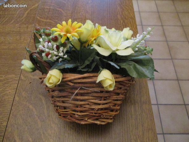 Panier en osier et fleurs artificielles très bon état Décoration