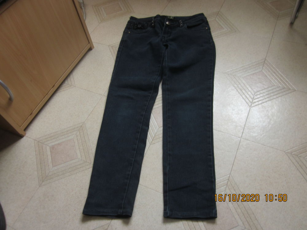 panralon en jean  taille 38 (M ) et  34( (xs) 4 Soucelles (49)