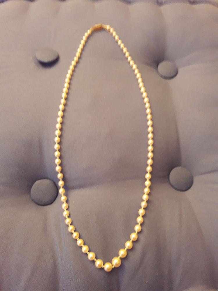 une parure collier et boucle d oreille  et un collier seul Bijoux et montres