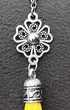 Pendentif Bohème pompon de soie et médaillon fleur et chaine Bijoux et montres