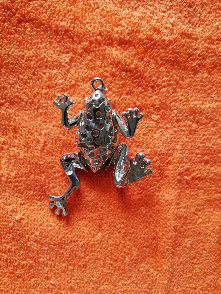 Pendentif grenouille argentée incrustée de strass.  17 Lyon 4 (69)