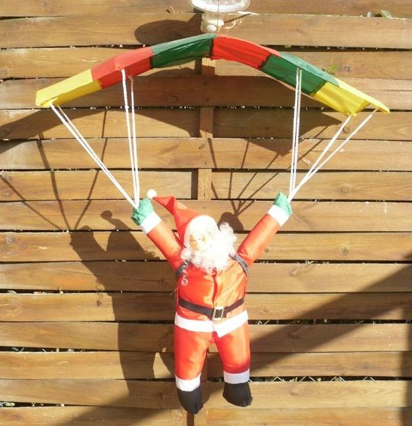 Père Noel accroché à son parachute 10 Beauchamp (95)