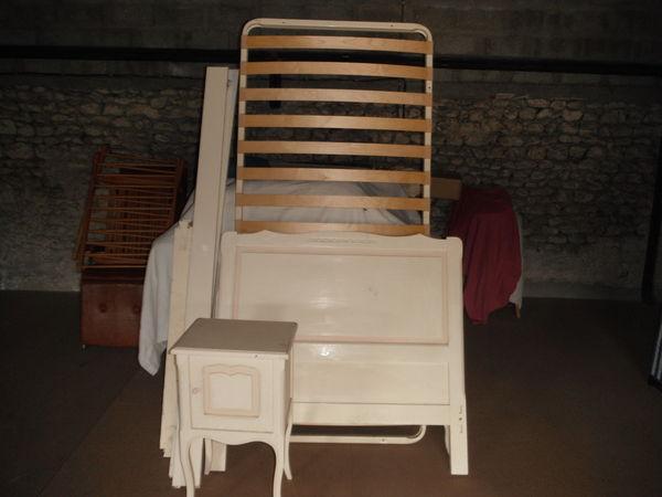 lit 1 personne et table de chavet 50 Semussac (17)
