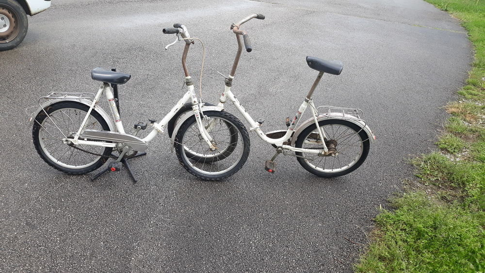 petits vélos blancs assez anciens  0 Charquemont (25)