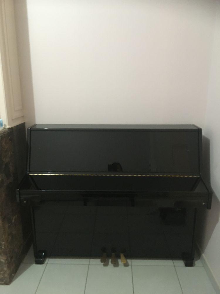 d'un piano droit laqué noir en bon état. 1200 Lille (59)