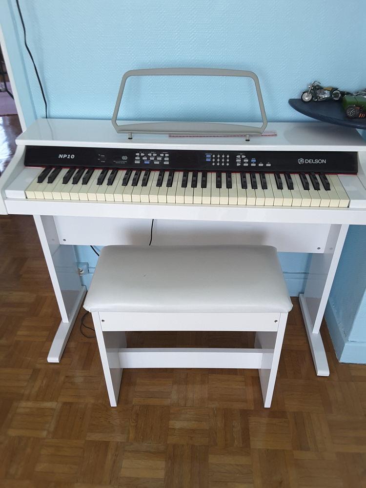 Piano numérique très bon état blanc ,avec son tabouret 140 Dunkerque (59)