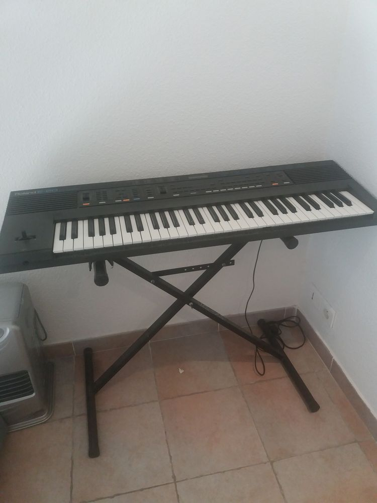 Piano ROLAND E- 20 SYNTHESIZER  200 Châteaurenard (13)