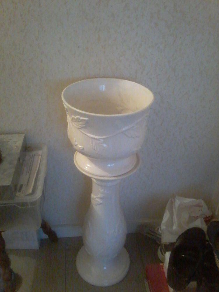 Pied et vase assorti en porcelaine blanche  20 Tourcoing (59)