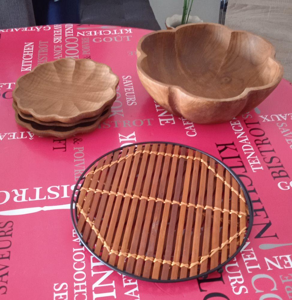plat,assiettes et dessous de plats en bois. Cuisine