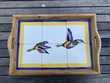 Plateau bois et faïence décoré d'un vol de canards Décoration