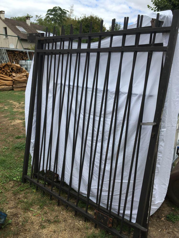 Portail fer noir  150 Montigny-sur-Loing (77)