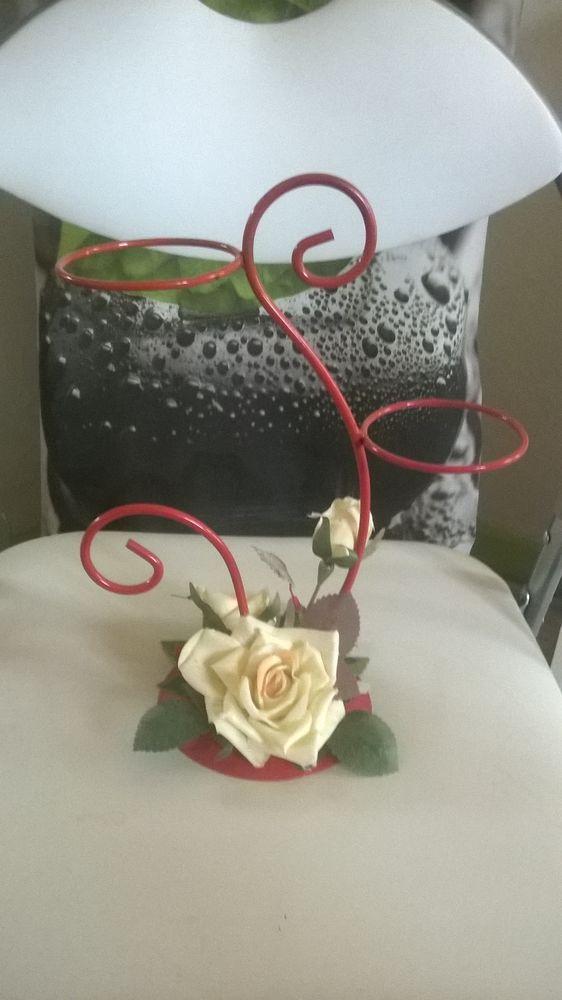Porte pots rouge en métal Avec rose blanche en tissus Décoration