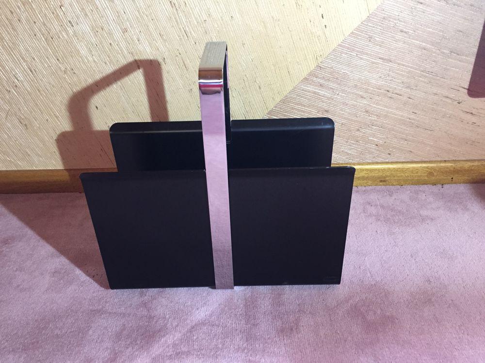 Porte revues massif en métal noir et inox  55 Cessy (01)