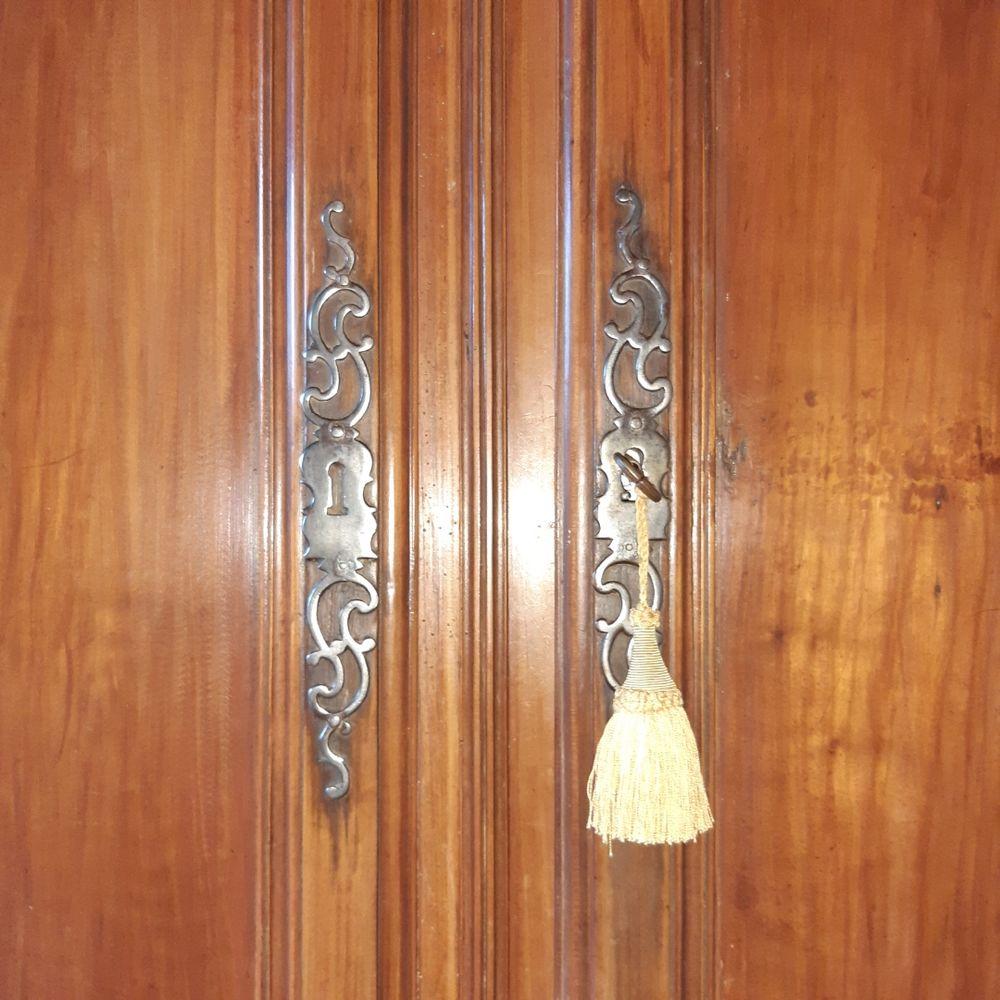 2 portes  d'armoire Charentaise en chêne massif  Cirées . 150 Martillac (33)