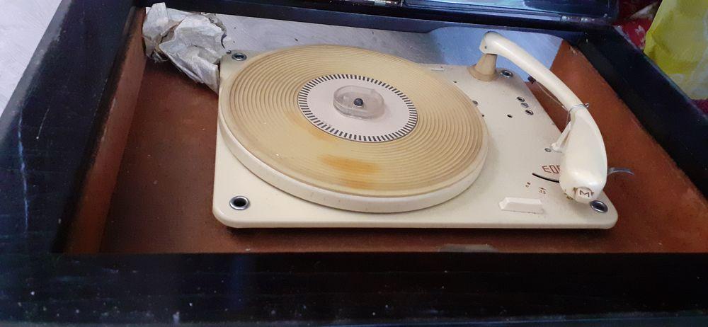 poste radio ancien et il fait tourne disque Audio et hifi